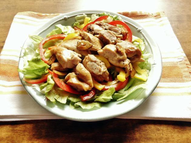 鶏もも肉のジューシーさでお腹いっぱい!満足感が止まらないグリルチキンサラダ【身体が変わる!10分レシピ#11】