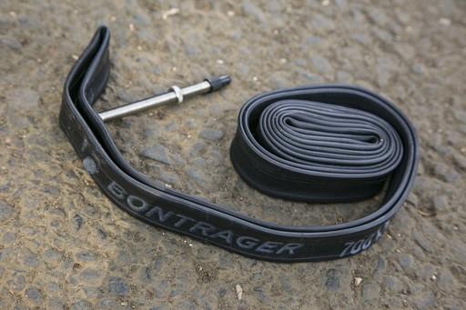 こちらはロードバイク用の700cサイズのチューブ。ディープリムというリムのハイトが高いレース用ホイールのため、バルブが長いタイプになります。