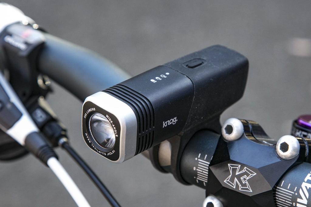 こちらはknog(ノグ)というブランドのUSB充電式フロントライト。かなりの明るさです。