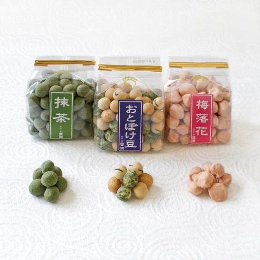写真左から(左)抹茶 ¥350、(中)おとぼけ豆 ¥300、(右)梅落花 ¥300(以上すべて税抜)
