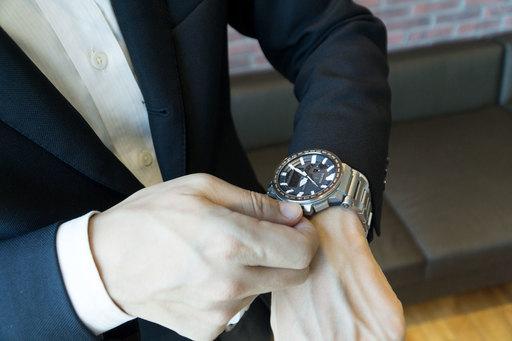スーツに合わせてもスタイリッシュに決まる。大きめの盤面が男らしい。
