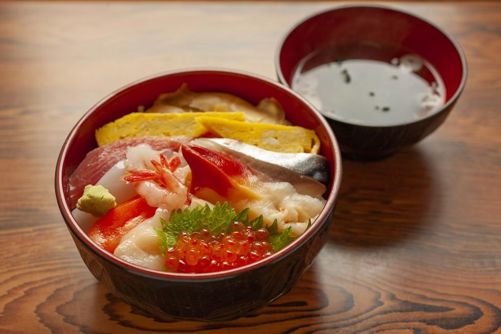 魚介の新鮮さと鮮やかな色味を押し出す。メニュー紹介のためだったので椀も入れているが、もっとギュッ!と寄っても、もっと伝わったはずだ。