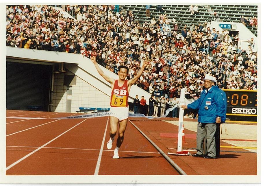 1983年の東京国際マラソンで日本最高記録(当時)を樹立。圧倒的な強さを見せ続けたが、同時に周囲からのプレッシャーにも苦しんだ