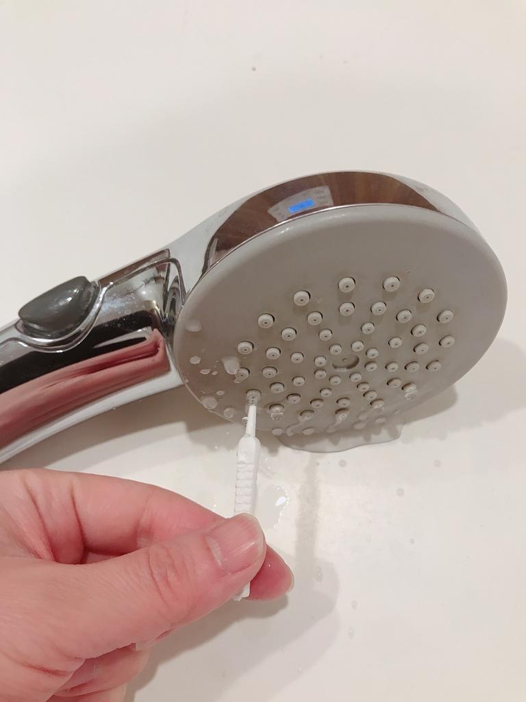 シャワーの穴に差し込んで汚れをとります。