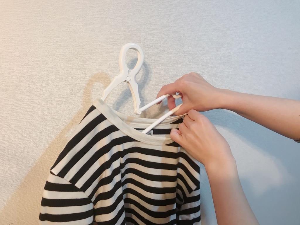 アーム部分が伸縮するので、襟周りを伸ばすことなくハンガーに掛けられます。