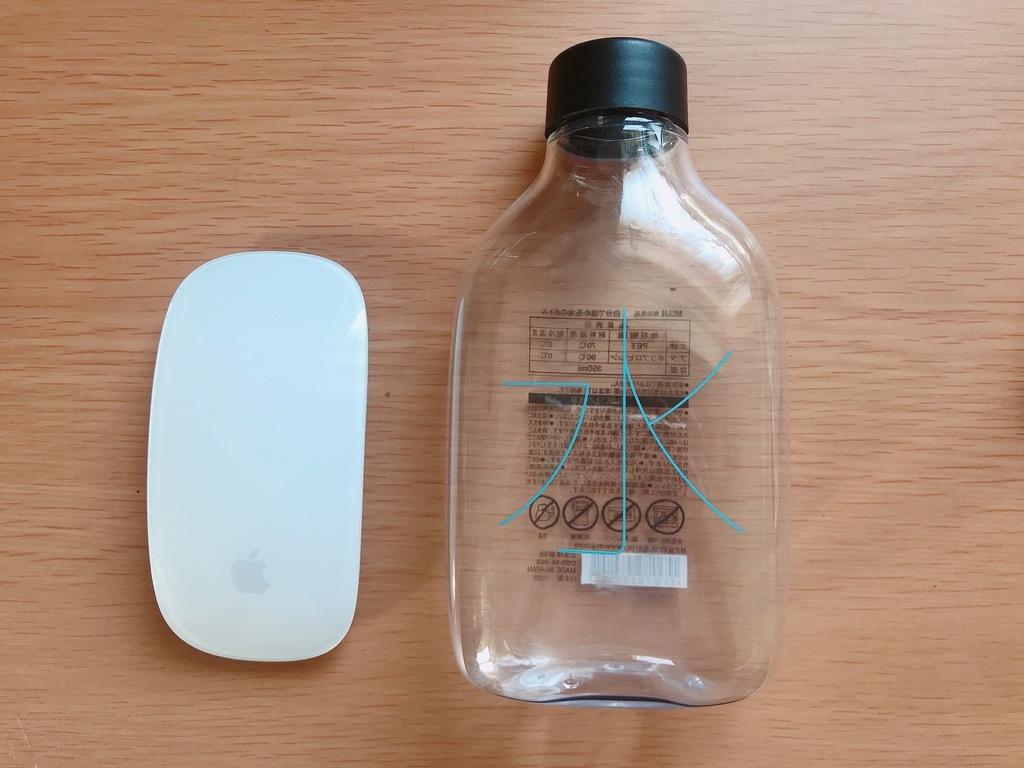 無印良品の水のボトルはコンパクトサイズで持ち歩きやすいです。