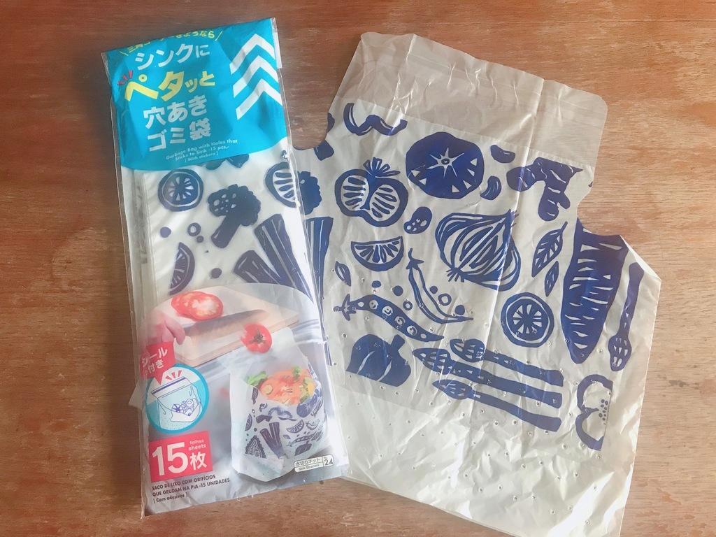 100円ショップで購入した、シンクにペタッと貼れる便利な穴あきゴミ袋。